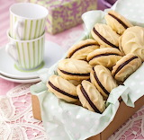Chocolate-filled vanilla cookies