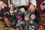 Florist-makes-beautiful-bouquet-studio