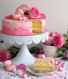 Roses and macarons cake